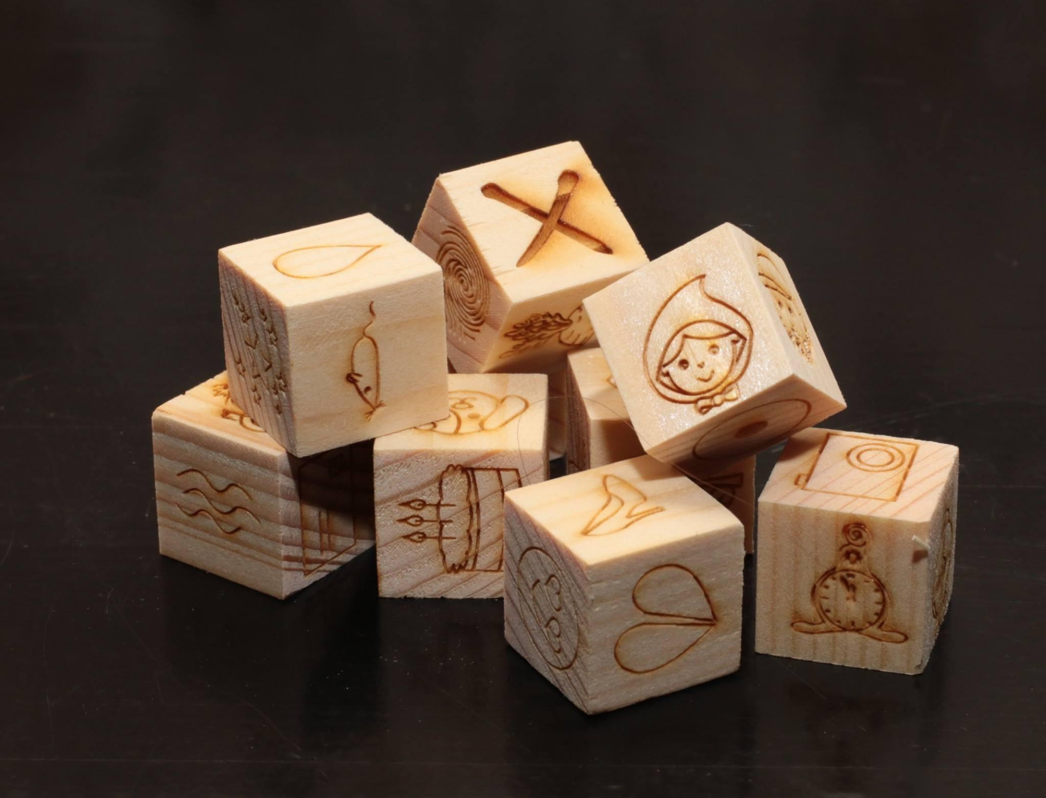 príbehové kocky z dreva